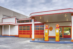 Retro Shell Gas Station in Aberdeen Washington stock foto's