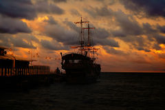 Retro ship on sunset Royalty Free Stock Photos