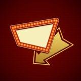 Retro- Showtime-Zeichen-Design Kino Signage-Glühlampe-Feld und Neonröhren auf Backsteinmauerhintergrund Stockbild