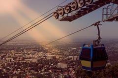 Retro sikt för stilAlmaty stad från den Koktobe kullen och kabinen av cabl Royaltyfri Fotografi