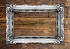 Retro- silberner Bilderrahmen auf hölzerner Wand Lizenzfreie Stockbilder