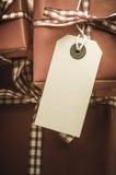 Retro slågna in gåvor med etiketten Arkivbilder