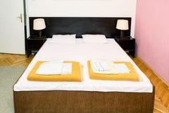 Retro slaapkamerbinnenland Tweepersoonsbed in uitstekende binnenruimte Royalty-vrije Stock Afbeeldingen