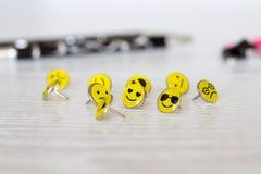 Retro Smiley Face Emoticon Push Pins royalty-vrije stock afbeelding