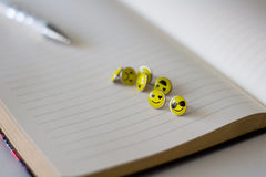 Retro Smiley Face Emoticon Push Pins stock foto