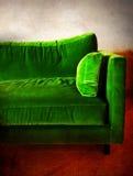 Retro sofà verde in una stanza Fotografia Stock Libera da Diritti