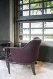 Retro Sofa In Coffee Shop disegnato immagine stock