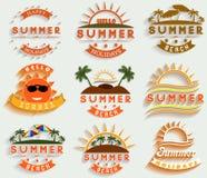 Retro- Sommerferien beschriften und unterzeichnen Vektorillustrationsgestaltungselemente Stockfotos