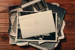 Retro sommige oude foto's op houten lijst royalty-vrije stock foto
