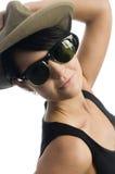 Retro- Sonnenbrillen des jungen reizvollen Frauenhutes Stockfotografie