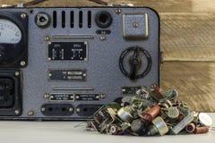 Retro spänningsregulator Särar den elektriska stabilisatorn för gammal tappning med transistorer, motstånd, radio Fotografering för Bildbyråer