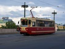 Retro spårvagn på bron Arkivbild
