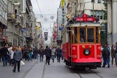 Retro spårvagn på den Istiklal gatan i Istambul Royaltyfria Foton