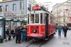 Retro spårvagn på den Istiklal gatan i Istambul Arkivfoto