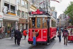 Retro spårvagn på den Istiklal gatan i Istambul Royaltyfri Foto