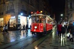 Retro spårvagn på den Istiklal gatan på natten Taksim historiskt område Berömd touristic linje fotografering för bildbyråer