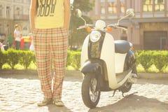 Retro sparkcykel och chaufför arkivbild