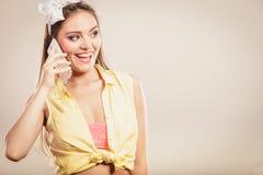 Retro speld op meisje het spreken op mobiele telefoon Stock Foto's