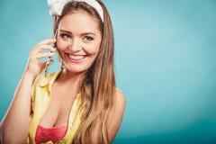 Retro speld op meisje het spreken op mobiele telefoon Stock Foto