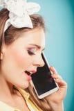 Retro speld op meisje het spreken op mobiele telefoon Royalty-vrije Stock Foto's