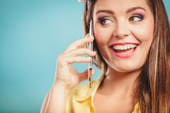 Retro speld op meisje het spreken op mobiele telefoon Stock Afbeelding