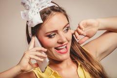 Retro speld op meisje het spreken op mobiele telefoon Royalty-vrije Stock Afbeeldingen