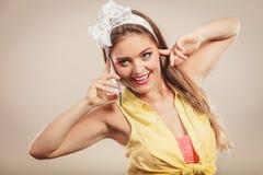 Retro speld op meisje het spreken op mobiele telefoon Royalty-vrije Stock Foto
