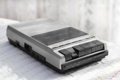 Retro speler van de Cassetteband op een witte achtergrond Royalty-vrije Stock Foto's