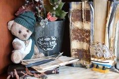 Retro- Spielzeugbär und altes Buch Stockfotos