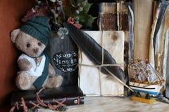 Retro- Spielzeugbär und altes Buch Stockfoto