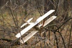 Retro- Spielzeugflugzeug ist in den Herbstniederlassungen fest Stockfotografie