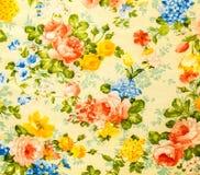 Retro- Spitze-nahtloses mit Blumenmuster auf gelbem Ton Weinlese-Art-Gewebe-Hintergrund Stockfotos