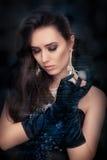 Retro splendor kobiety mienia rocznika pachnidła butelka jest ubranym srebnych akcesoria fotografia stock