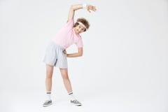Retro- Sport 70 Mann, der die Rückenmuskulatur sich lehnt nach links ausdehnt Lizenzfreie Stockbilder