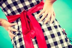 Retro sprawdzać suknia z czerwonym łękiem obraz stock