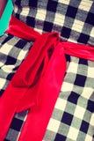 Retro sprawdzać suknia z czerwonym łękiem Fotografia Royalty Free