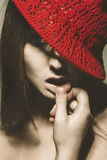 Retro stående av den förföriska vuxna kvinnan med den röda hatten Fotografering för Bildbyråer