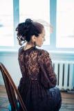 Retro stående av en härlig kvinna tappning för stil för illustrationlilja röd bedsheetmode lägger förföriskt vitt kvinnabarn för  Royaltyfri Fotografi