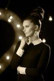 Retro stående av en sexig modell i studio royaltyfri foto