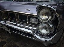 Retro ståta den gamla retro eller för den tappningbilen eller bilen främre sidan och den tillbaka sidan med främre ljus eller bil Royaltyfria Bilder