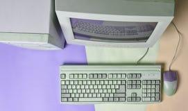 Retro stacjonarny komputer na barwionym tle Monitor, system jednostka, komputerowa mysz Przestarzałe technologie, odgórny widok zdjęcia royalty free
