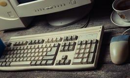Retro stacjonarny komputer na nieociosanym drewnianym biurku, rocznika workspace Monitor, klawiatura, komputerowa mysz zdjęcia royalty free