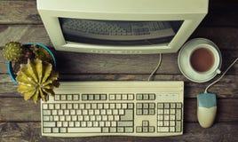 Retro stacjonarny komputer na nieociosanym drewnianym biurku, rocznika workspace Monitor, klawiatura, komputerowa mysz, odgórny w obraz stock