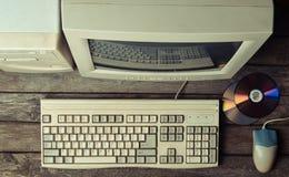 Retro stacjonarny komputer na nieociosanym drewnianym biurku, rocznika workspace Monitor, klawiatura, komputerowa mysz, odgórny w obrazy royalty free