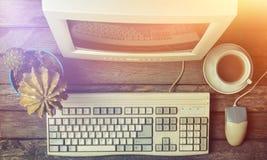 Retro stacjonarny komputer na nieociosanym drewnianym biurku, rocznika workspace Monitor, klawiatura, komputerowa mysz, odgórny w obraz royalty free