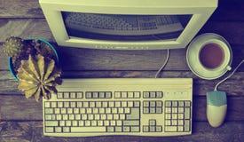 Retro stacjonarny komputer na nieociosanym drewnianym biurku, rocznika workspace Monitor, klawiatura, komputerowa mysz, odgórny w fotografia stock