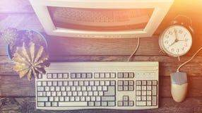Retro stacjonarny komputer na nieociosanym drewnianym biurku, rocznika workspace Monitor, klawiatura, komputerowa mysz, odgórny w obrazy stock