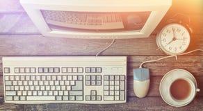 Retro stacjonarny komputer na nieociosanym drewnianym biurku, rocznika workspace Monitor, klawiatura, komputerowa mysz, odgórny w zdjęcia royalty free