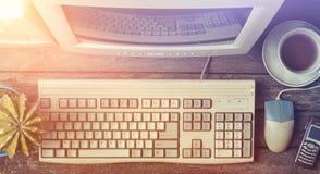 Retro stacjonarny komputer na nieociosanym drewnianym biurku, rocznika workspace Monitor, klawiatura, komputerowa mysz, odgórny w zdjęcia stock
