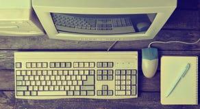 Retro stacjonarny komputer na nieociosanym drewnianym biurku, rocznika workspace Monitor, klawiatura, komputerowa mysz, odgórny w zdjęcie royalty free